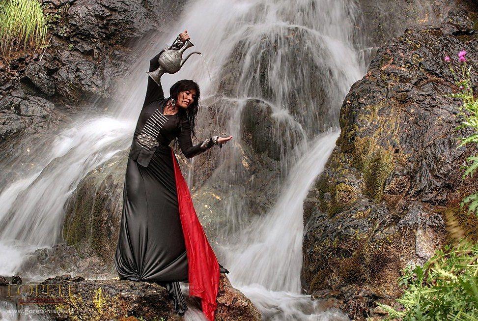 Рыжая девушка возле водопада, картинки пизды мокрые девушек