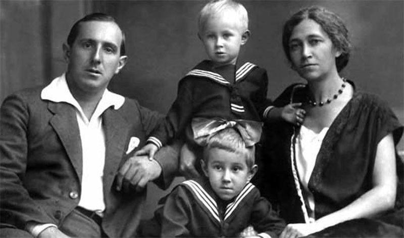 Маленький Мстислав Ростропович с сестрой и родителями