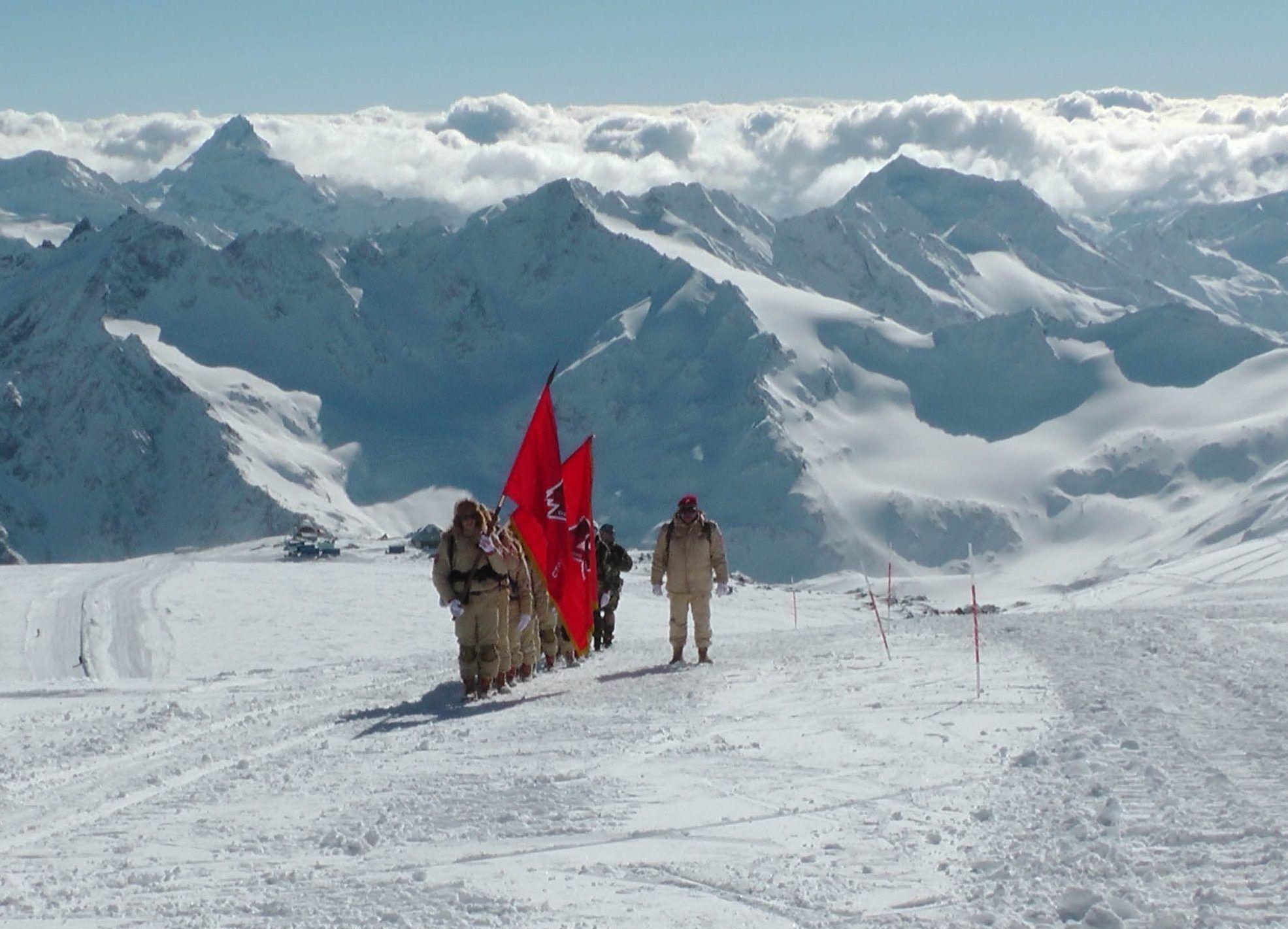 На Эльбрусе зажгли огонь III зимних Всемирных военных игр
